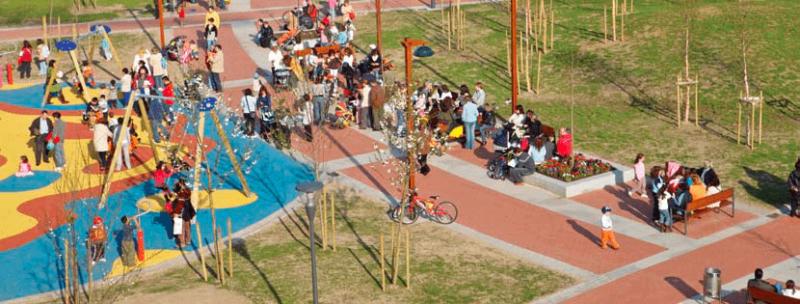 Público diversificado en un parque accesible