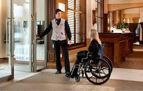 Entrada accesible en hotele turístico para usuarios de silla de ruedas