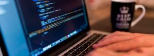 Pantalla de computador mostrando código HTML y etiquetas accesibles