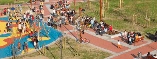 parque infantil con pavimento de caucho totalmente accesible
