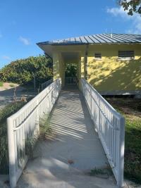 acceso a servicios higiénicos en la playa mediante rampa accesible