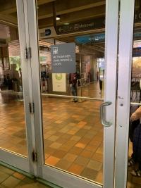 puerta metromover con señalética accesible en altorrelieve y braille