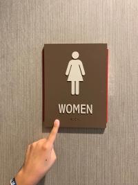 Señalética accesible en servicios higiénicos de un mall