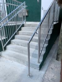 Escalera con pasamanos accesible. Prolongación suficiente del pasamanos
