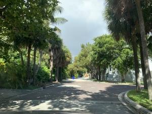 miami accesible - calle sin veredas. No hay continuidad de paso para las personas que caminen por la calle.
